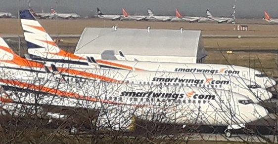 Air parking přímo na letištní ploše. Ruzyňské letiště se změnilo v parkoviště letadel