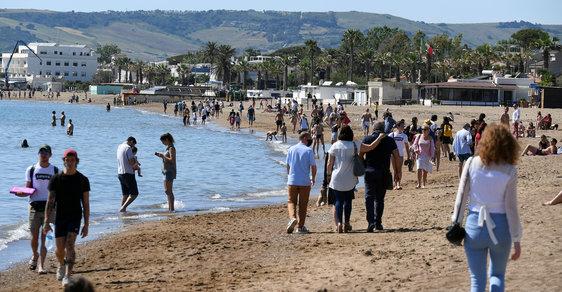 Italové zaplnili pláže i bary, úřadům vadí porušování pravidel