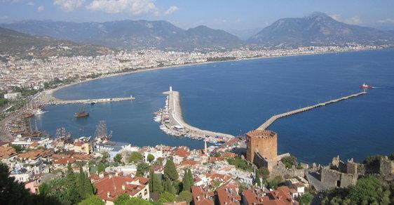 Turecká Alanye: staré město s hradem, pláže i desetitisíciletá jeskyně
