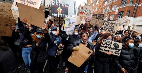 Nepolitičtí vojáci: Britská armáda chce zakázat pokleknutí kvůli Black Lives Matter