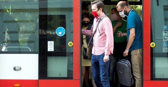 Přísné Česko? Řada zemí rozvolňuje pomaleji a s rouškami