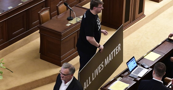 Konečně sranda ve Sněmovně! Kalousek krade cedule a opozice se chechtá