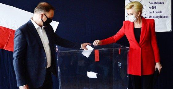 Extrémně těsné polské volby: podle odhadů vede Duda o desetiny procenta