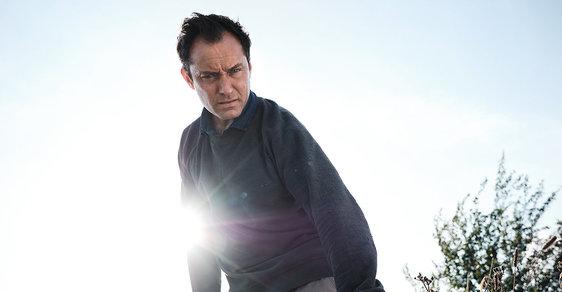 Jude Law na opuštěném ostrově: Nový televizní seriál Třetí den neobvykle kombinuje film a divadlo
