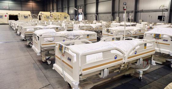 První pohled do záložní nemocnice: Obří haly zaplňují lůžka pro nemocné. Podívejte se, jak to vypadá uvnitř