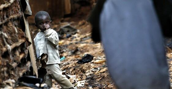 """Těžký život dětí ve slumech: Ve """"městech chudiny"""" živoří mezi odpadky až miliarda lidí"""