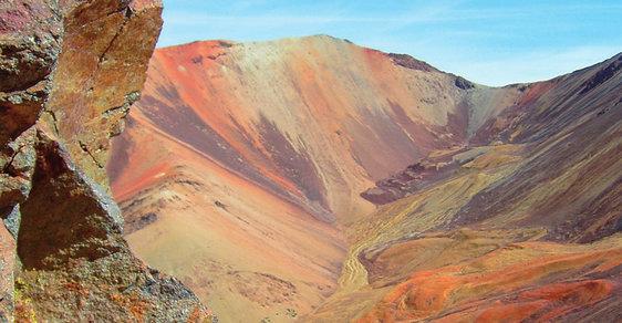 Odlehlá indiánská vesnice Colpitas ukrytá v andských velehorách je domovem Ajmarů. Mají i státní školu pro pět dětí
