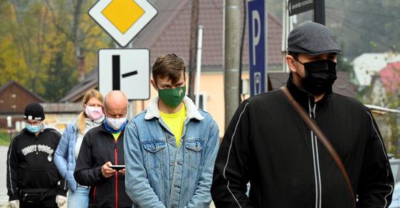 Plošné testování na Slovensku: ze začátku fronty, chyběli zdravotníci