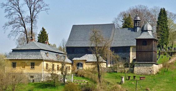 Kostel svatého Kryštofa: Roubený barokní kostelík je ozdobou obce Kryštofovo Údolí už téměř 350 let