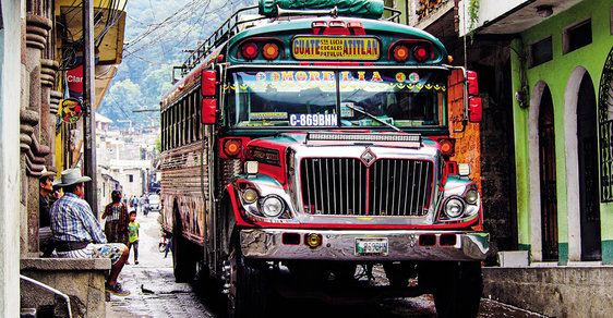 Sopečné jezero Atitlán aneb Sebevražedná jízda chickenbusem do nádherného koutu Guatemaly
