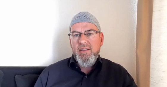 Z kritika konvertitou. Nizozemský politik našel v islámu zalíbení a stal se jeho hlasitým zastáncem