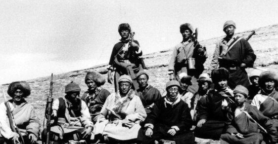 Nejúžasnější útěk historie: Mladý dalajláma v přestojení za vojáka utekl čínské armádě přes drsné Himaláje