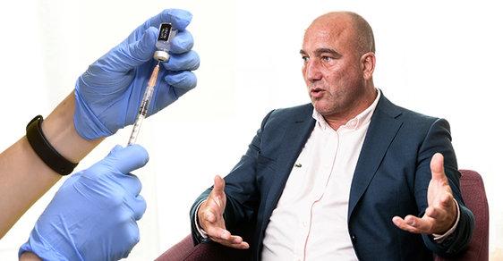 Hon na Kabátka. Šéf VZP je v ohrožení kvůli očkování proti covidu, jednání o jeho konci je ale absurdní
