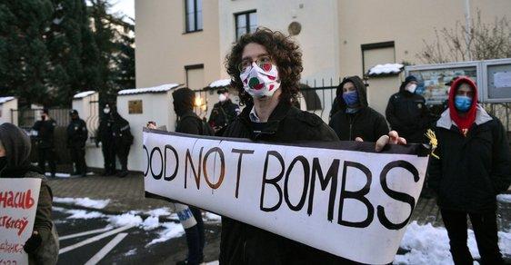 Stovka aktivistů protestovala před běloruskou ambasádou. Vadí jim násilí páchané na demonstrantech v Minsku