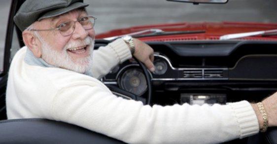 Ženeva nabízí důchodcům levnější hromadnou dopravu výměnou za řidičský průkaz - ilustrační foto