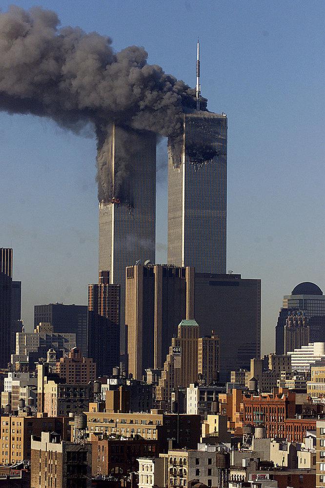 V nejvyšších patrech Dvojčat, tehdy druhých nejvyšších budov světa, zuří ohnivé peklo.