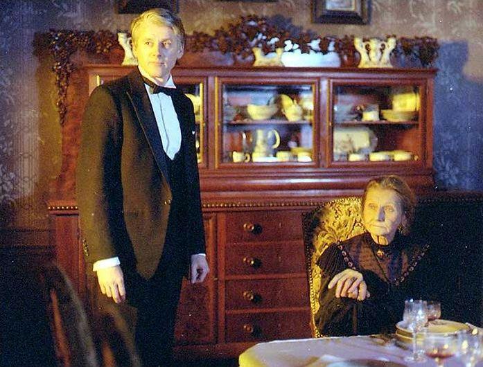 V roli tety Karolíny ve filmu Prokletí domu Hajnů (1988).