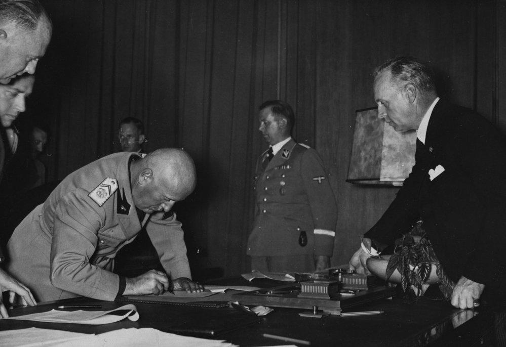 Píše se rok 1938. Benito Mussolini podepisuje mnichovskou dohodu.