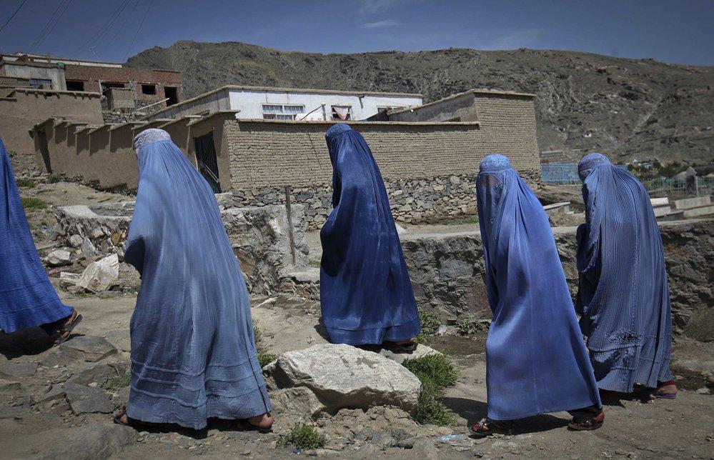 zahalené Afghánky při výstupu na horu poblíž Kábulu