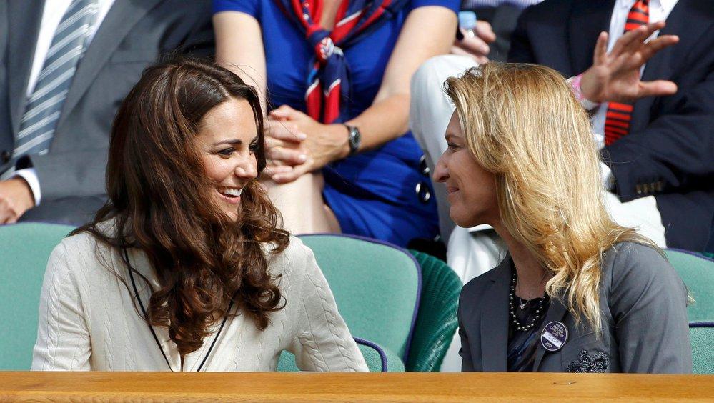 Manželka britského prince Williama Kate si v hledišti vykládá se Steffi Grafovou v roce 2012.