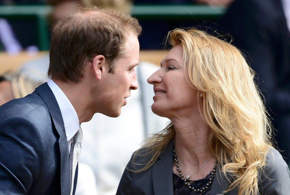 Princ William se v hledišti wimbledonského centrkurtu vítá s bývalou tenistkou Steffi Grafovou v roce 2012.