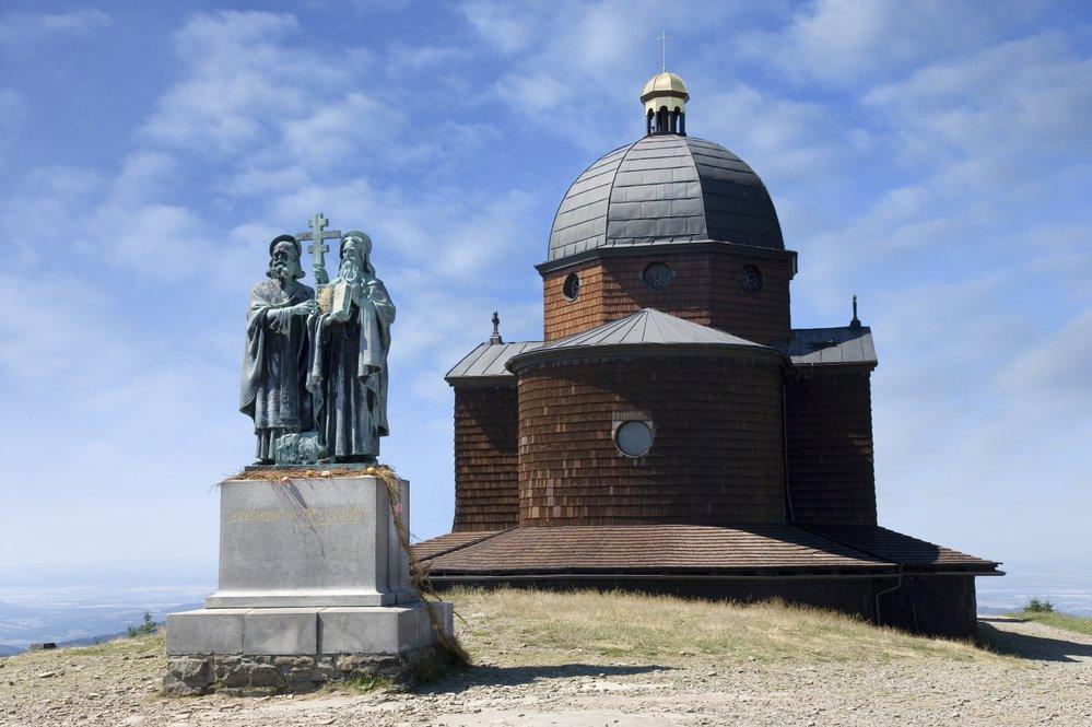 Věrozvěstové Cyril a Metoděj mají svůj pomník na hoře Radegast.