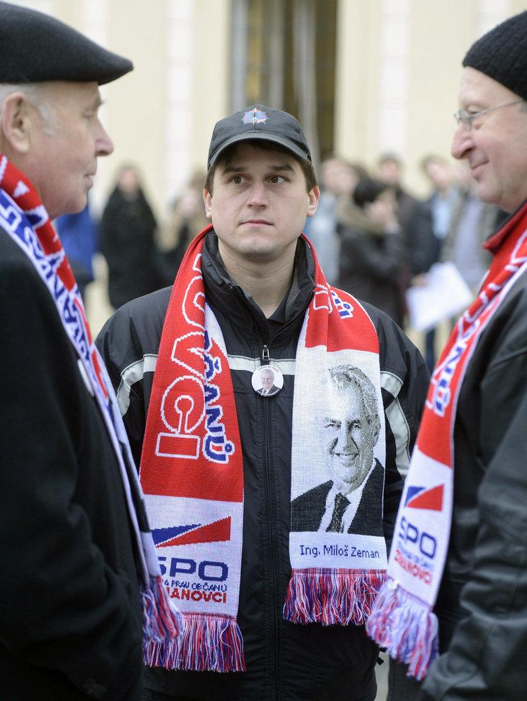 Inaugurace 2013: Někteří příznivci Miloše Zemana mají na krku šálu s jeho podobiznou