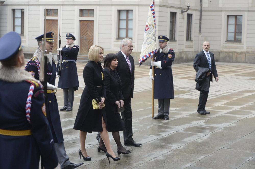Inaugurace 2013: První dáma Ivana Zemanová je oblečena celá v černém, první dcera Kateřina zvolila kombinaci černé se žlutou