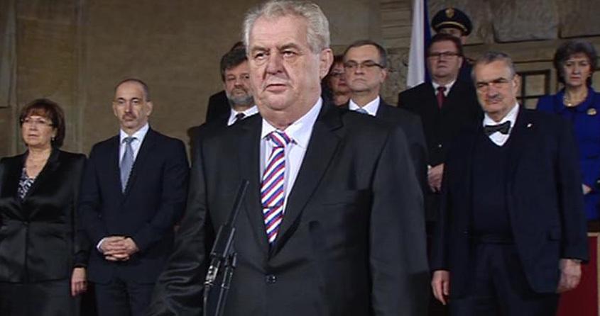 Inaugurace 2013: Miloš Zeman složil prezidentský slib a pronesl proslov před hosty ve Vladislavské sále. Za zády měl přitom členy vlády Petra Nečase, včetně soka z 2. kola prezidentské volby Karla Schwarzenberga