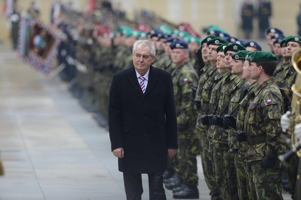 Inaugurace 2013: Miloš Zeman prochází před vojáky během přehlídky na třetím nádvoří Pražského Hradu