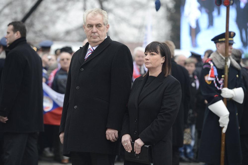 Inaugurace 2013: Miloš Zeman a Ivana Zemanová míří při inauguaraci k soše T. G. Masaryka na Hradčanském náměstí