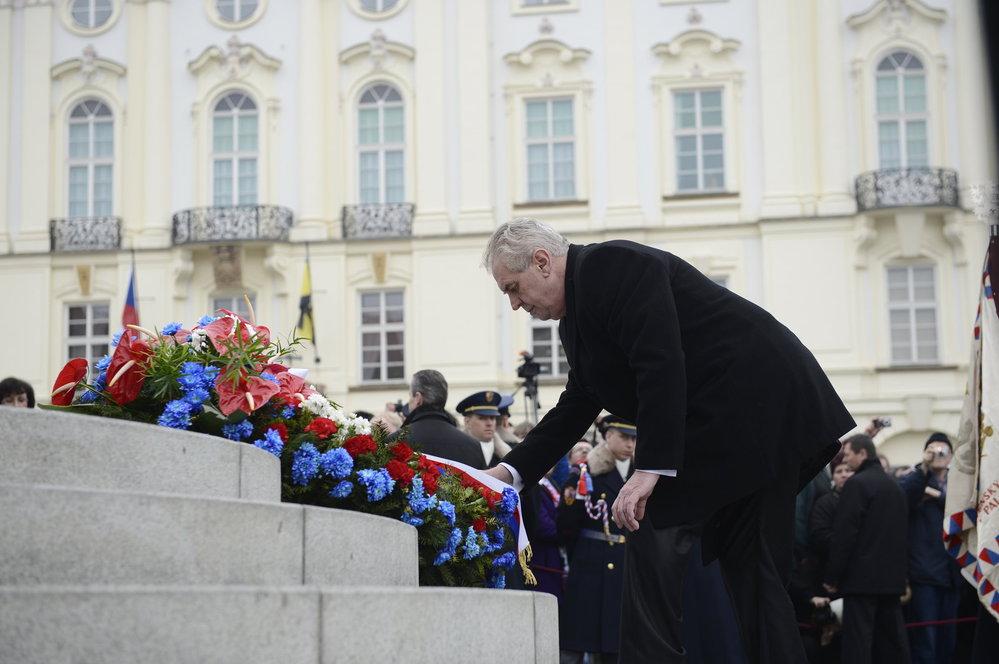 Inaugurace 2013: Miloš Zeman pokládá při své inauguraci věnec a květiny k soše T. G. Masaryka na Hradčanském náměstí