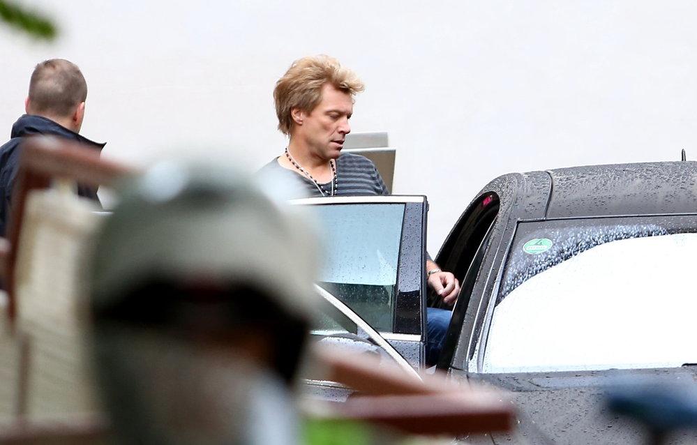 Nijak dobře naladěný Bon Jovi odjíždí na koncert do Edenu.