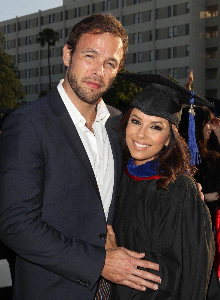 Ernesto přišel Evě popřát k nedávnému vysokoškolskému titulu, který americká herečka obdržela po ukončení studia na Kalifornské státní univerzitě.