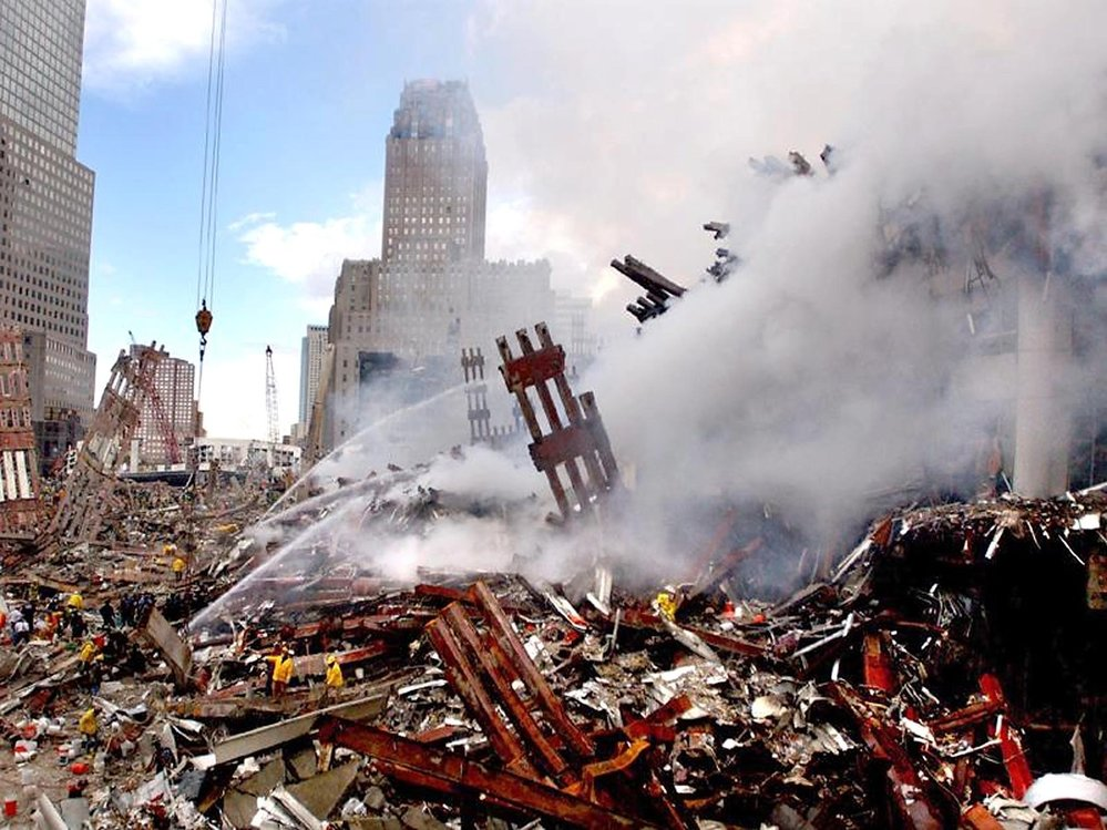 Popel, nepořádek, suť a mrtví. Tak vypadal New York po 11. září 2001
