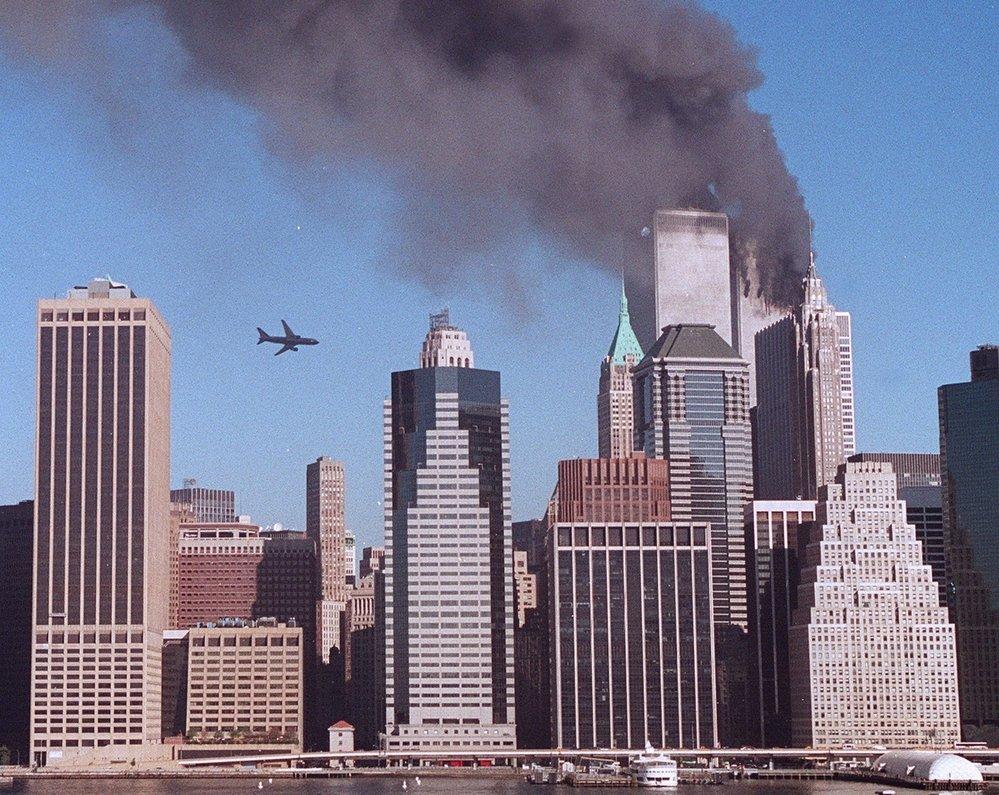 Na druhou věž WTC právě míří další letadlo