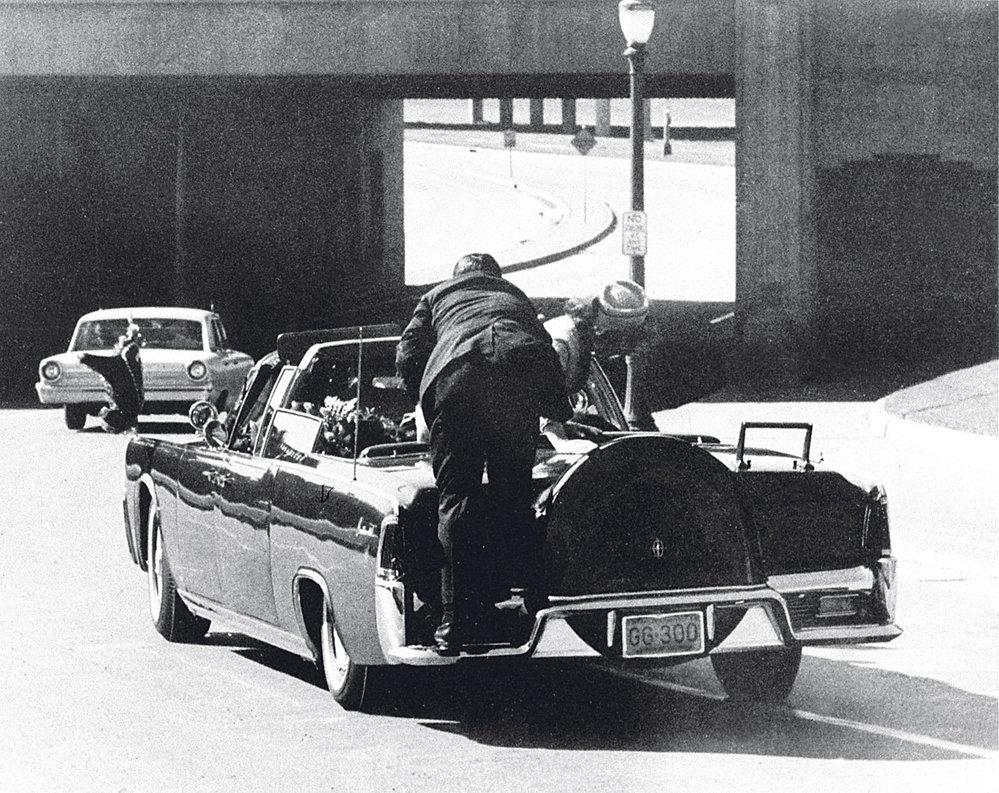 """JFK zasáhly dvě kulky. Jeho žena Jackie vstává a volá: """"Zabili mi muže! Držím v ruce jeho mozek!"""""""