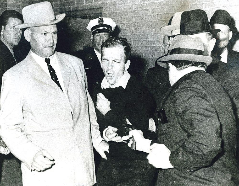 Jack Ruby (vpravo) právě vpálil Oswaldovi kulku do břicha.
