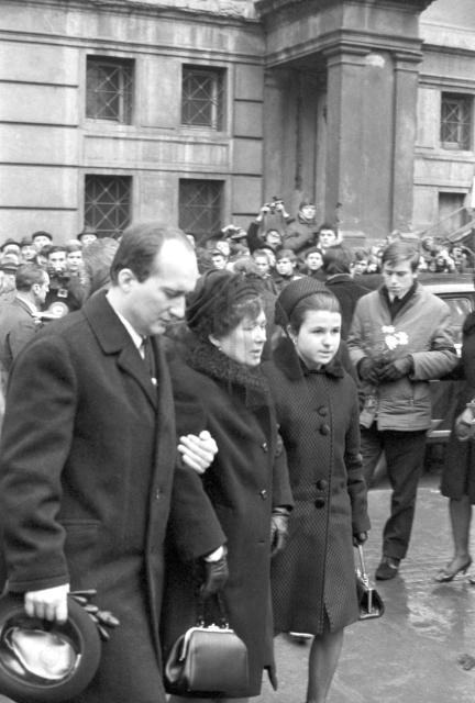 Matka Libuše Palachová (uprostřed) se synem Jiřím a snachou ve smutečním průvodu.