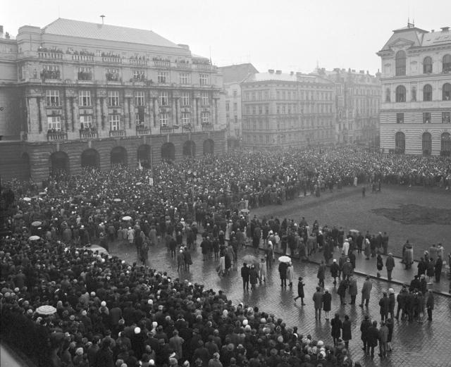 Davy lidí se 25. ledna loučili s Janem Palachem. Smuteční průvod prochází kolem Filozofické fakulty Univerzity Karlovy