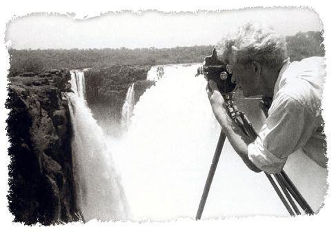 U vodopádů Iguazú na hranici Argentiny a Brazilie skočil Zikmund do řeky plné piraní. Zachránil ho Hanzelka.