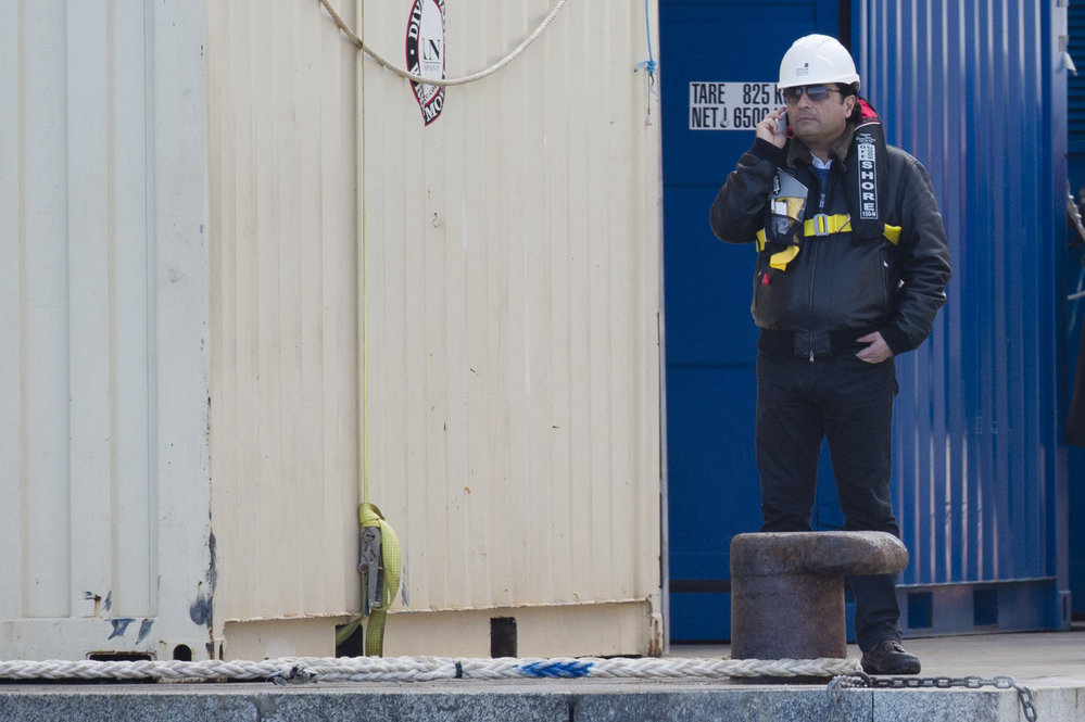 Schettino na břehu telefonuje, zatímco čeká na odvoz na vrak Costy Concordie
