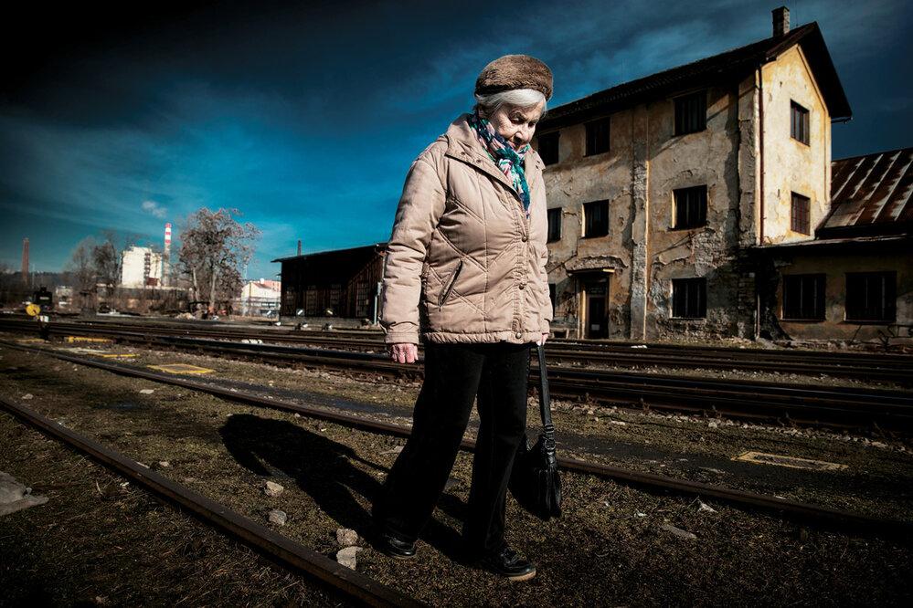 Zuzana Holitscherová:  Když jsem se poválce sněkým seznámila, hned mě napadalo, jak by se choval vOsvětimi. Ukradl by mi chleba, co jsem si schovala? Vlágru se ukázalo, co vkom je.