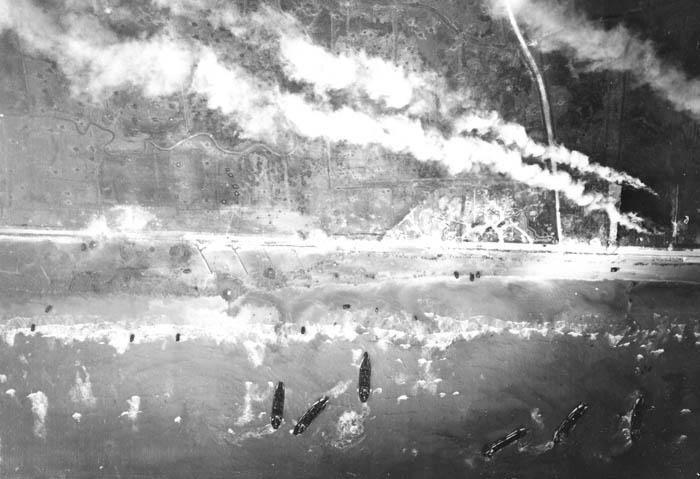 Zatímco se na plážích vyloďovali vojáci, v dáli hořely vesnice.