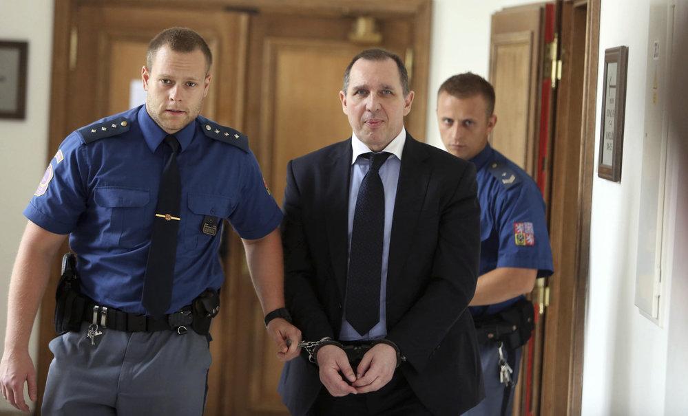 Petr Kott v poutech u soudu v roce 2014.