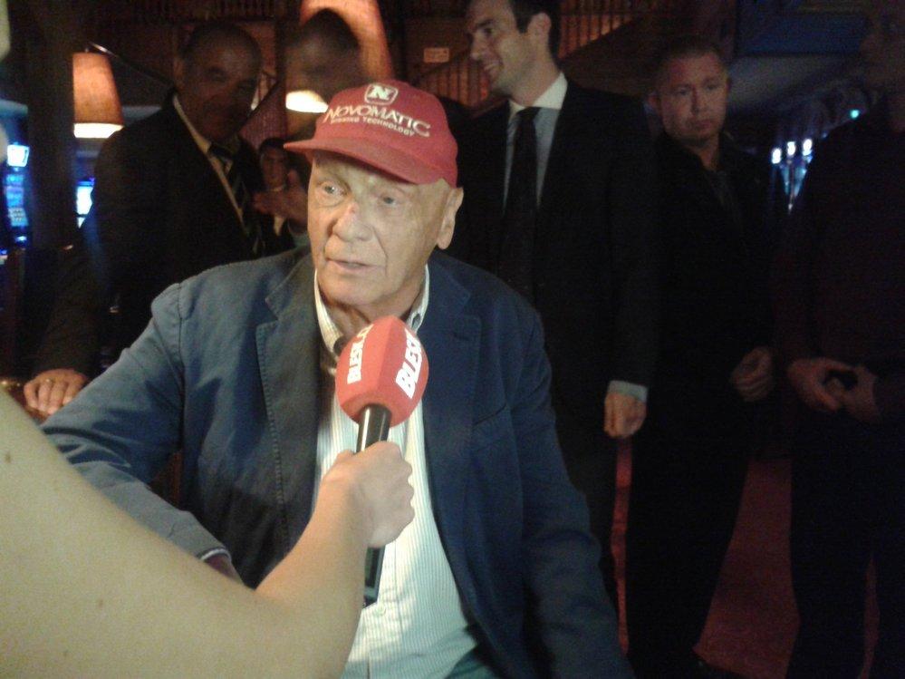 Milionová kšiltovka! Nesundá ji z hlavy. V pověstné červené kšiltovce chodil Niki Lauda i na ples.