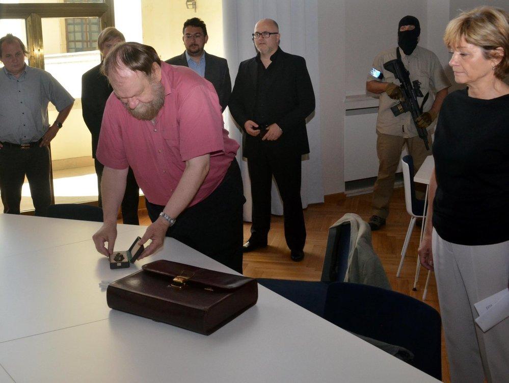 Kurátor paleontologických sbírek Moravského zemského muzea Martin Oliva ukazuje pod dohledem ozbrojenců sosšku Věstonické venuše, která se 4.července stěhovala na výstavu do Opavy.