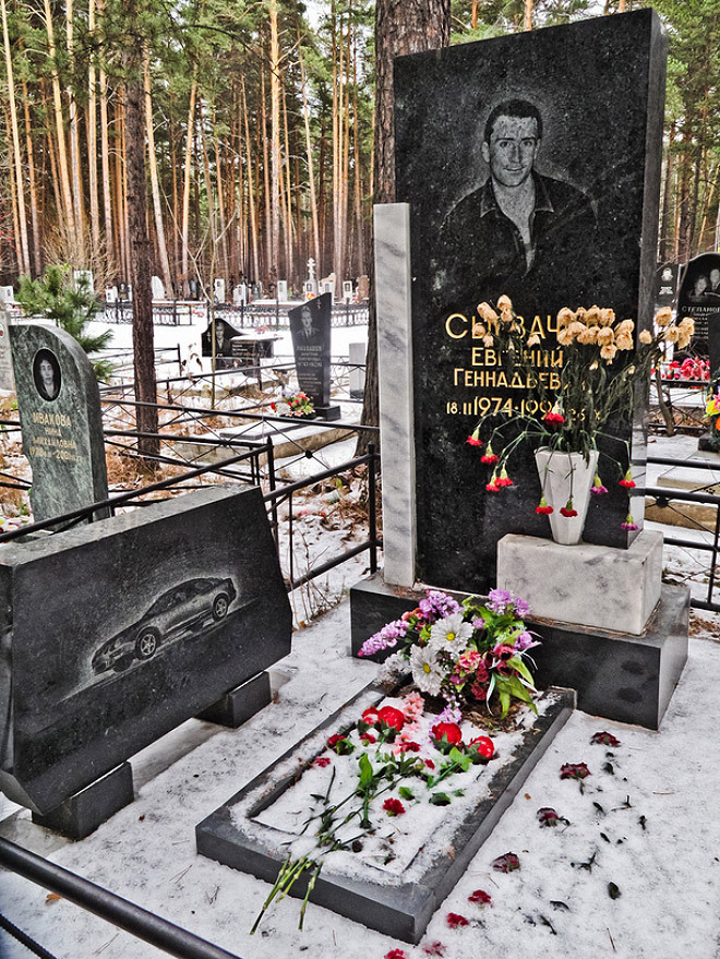 Zámožní ruští gangsteři se po smrti dočkali pompézních náhrobků.