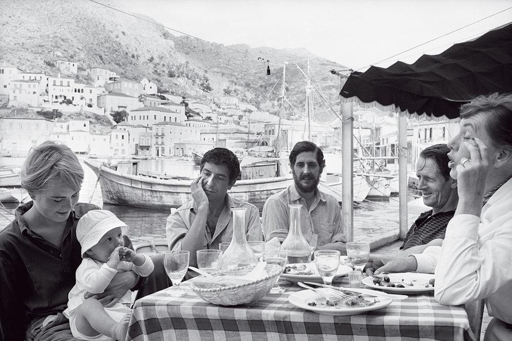 Vroce 1960 koupil dům naostrově Hydra vŘecku. Krátce nato tady potkal Marianne Jensenovou (vlevo – se synem Axelem), sníž chodil většinu šedesátých let.