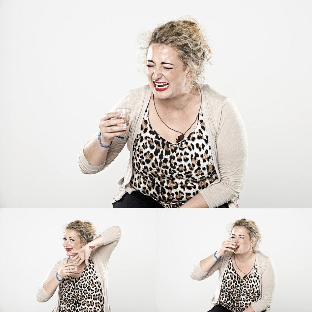Britský fotograf Tim Charles provedl zajímavý pokus – fotografoval reakce a tváře lidí, kteří právě do sebe kopli panáka.
